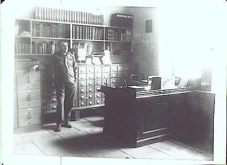 J. Mahen ve své pracovně