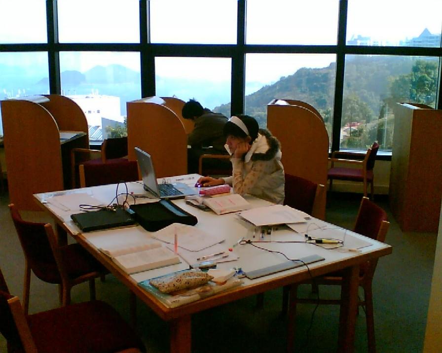 Obr. 3: Většina studentů bere exotický výhled z knihovny HKUST jako samozřejmost