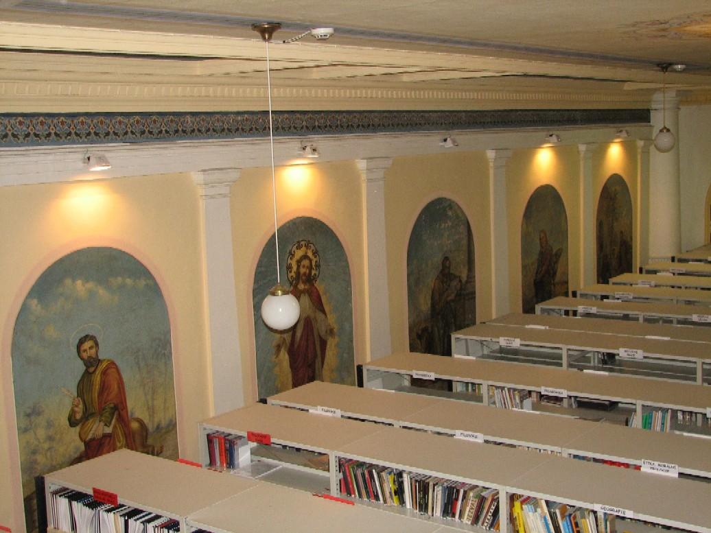 Pohled z malé studovny na regály a na uměleckou výzdobu stěn