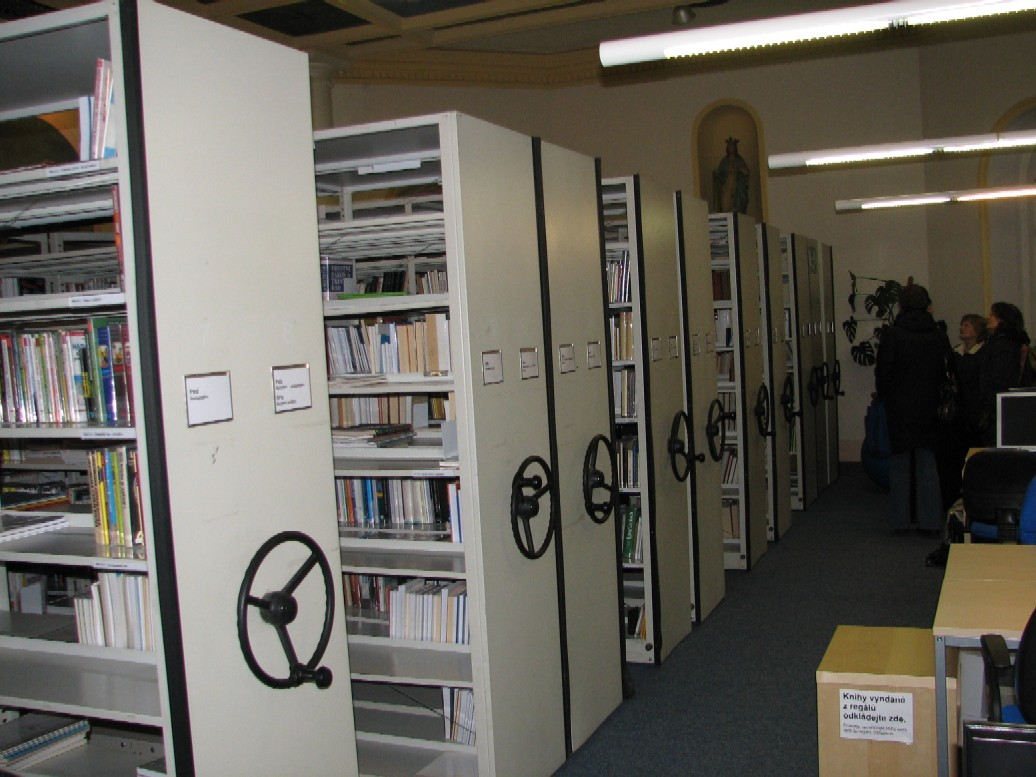 Kompaktní regály v prostorách knihovny