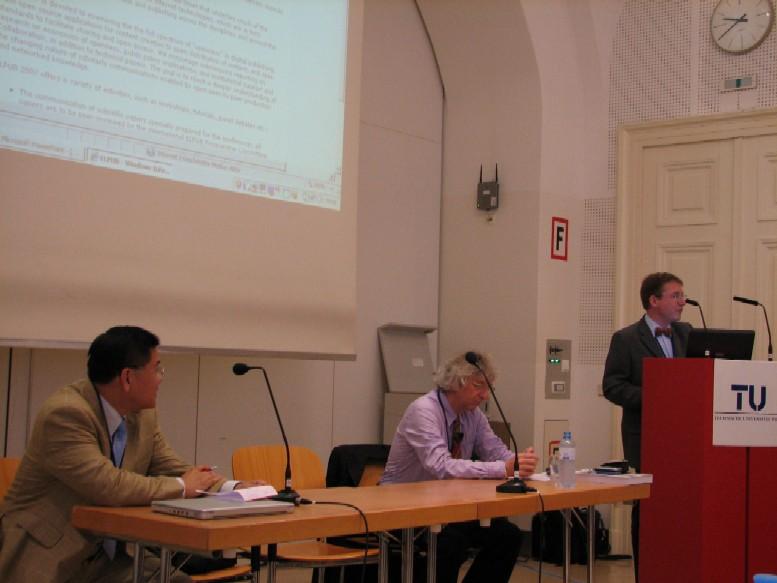 Organizátoři konference Leslie Chan a Bob Martens, mezi nimi se na klíčovou přednášku připravuje Keith G. Jefferey