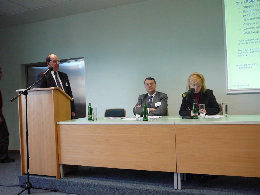 Zleva Chris Corbin, analytik ePSIplus, Javier Hernandez-Ros, vedoucí sekce digitálních knihoven a informací veřejného sektoru Evropské komise, tlumočnice AJ-ČJ