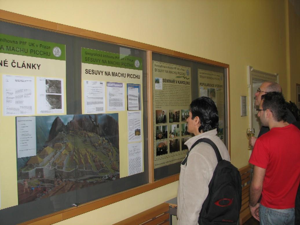 Účastníci vernisáže si se zájmem prohlížejí výstavní panely