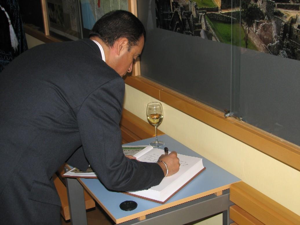 Jeho Excelence pan Alberto Salas Barahona zapisující se do pamětní knihy