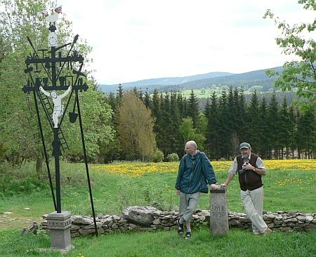 Fotografie autorů u skutečného kohoutího kříže u Ničova na Šumavě (autorkou fotografie je Tamara Pršínová)