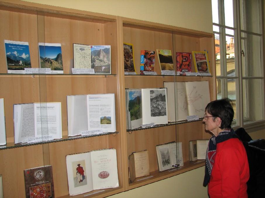 Prezentace vybraných dokumentů z fondu knihovny ve vitríně před vstupem do knihovny