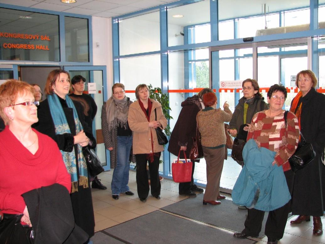 Účastnice exkurze před vstupem do kongresového sálu SIC ČZU