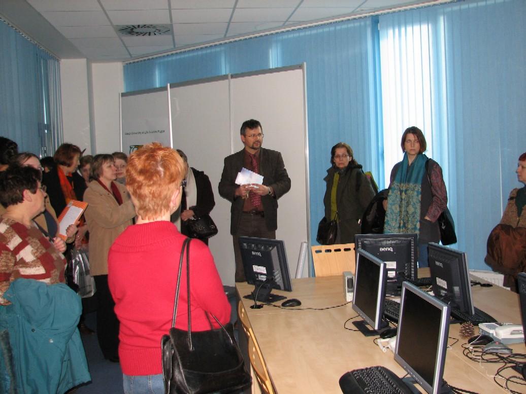 Daniel Novák, vedoucí SIC ČZU, a účastnice exkurze v zasedací místnosti, v níž je možné pořádat telekonference