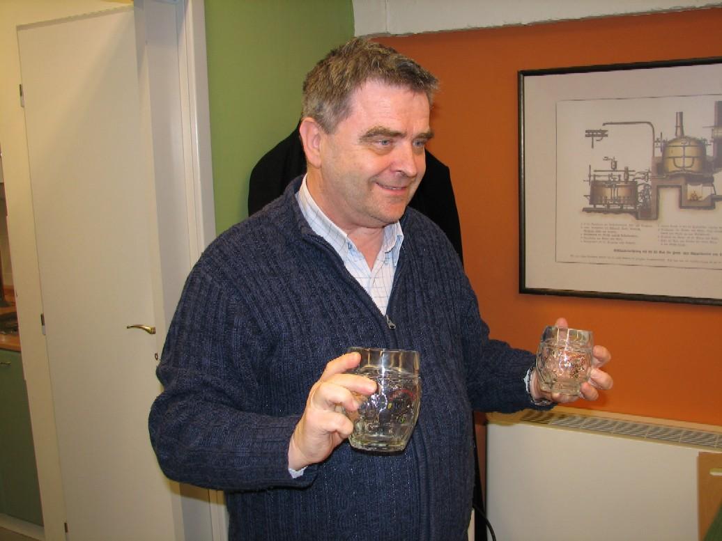Ladislav Chládek ukazuje pivní sklenice s motivem piva Suchdolský Jeník