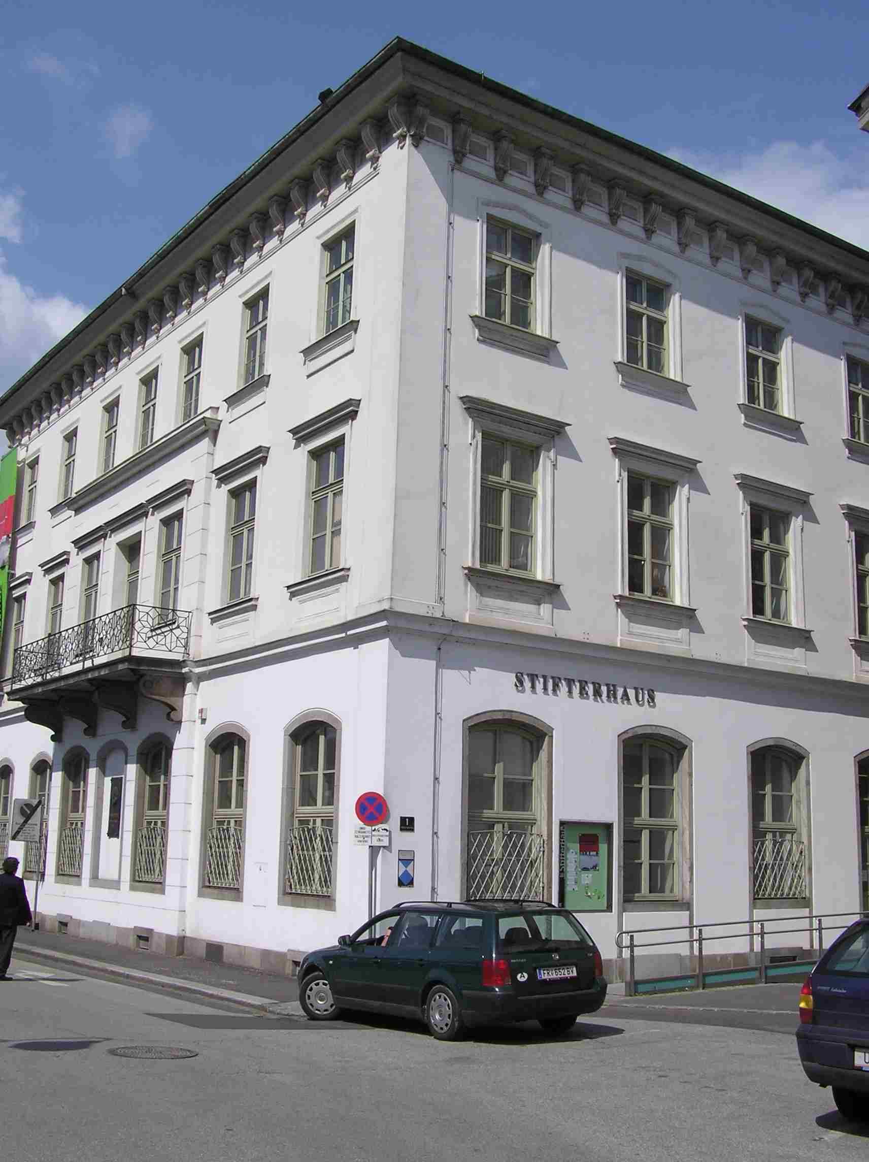 Obr. 11: Stifterův dům, ve kterém spisovatel v Linci žil a zemřel; dnes v něm sídlí literární instituce StifterHaus.