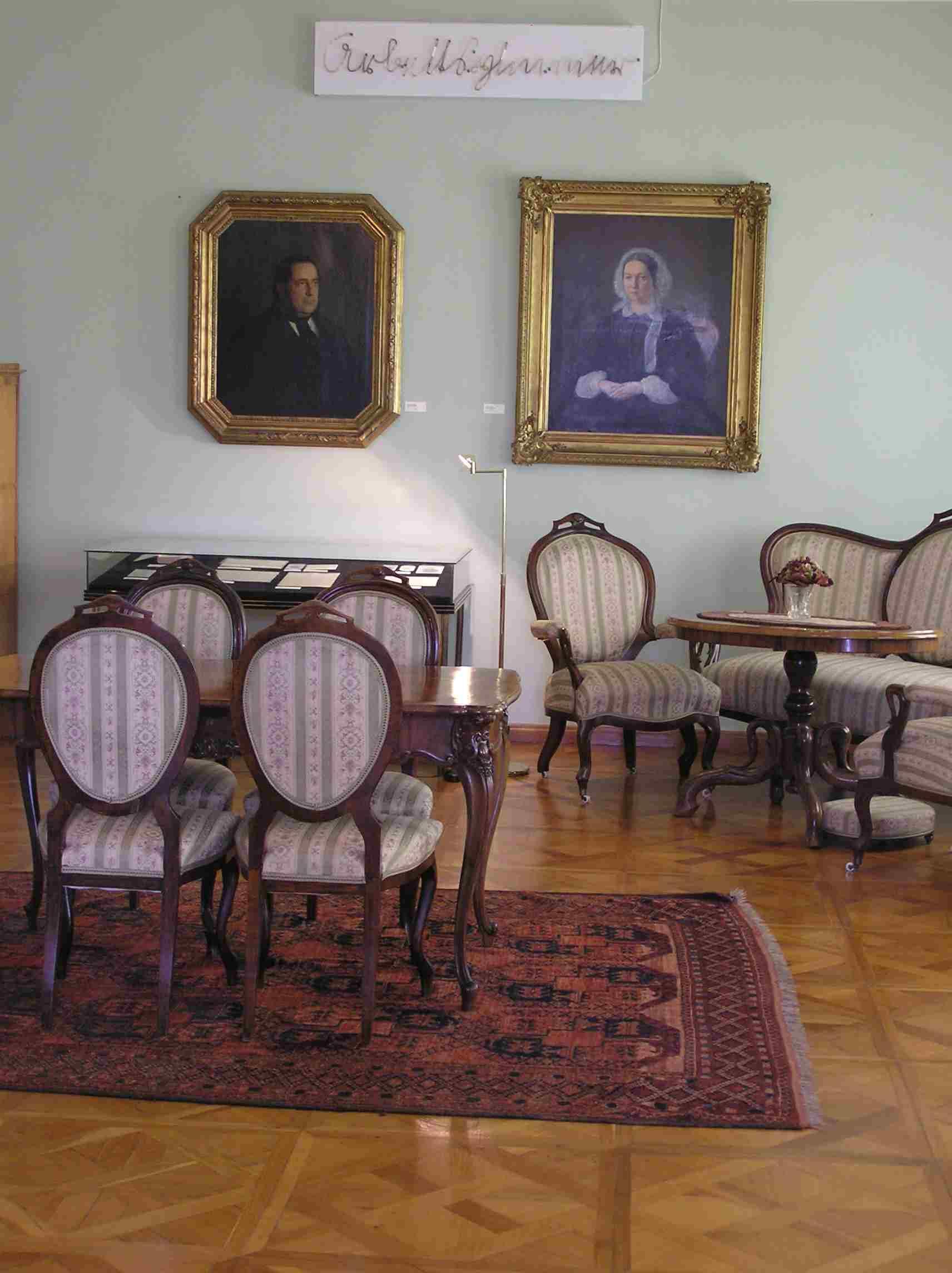 Obr. 13: Ve Stifterově místnosti ve Stifterově domě na Stifterově náměstí je k vidění také portrét Stiftera i jeho ženy i jeho posmrtná maska od nám známého J. Rinta.