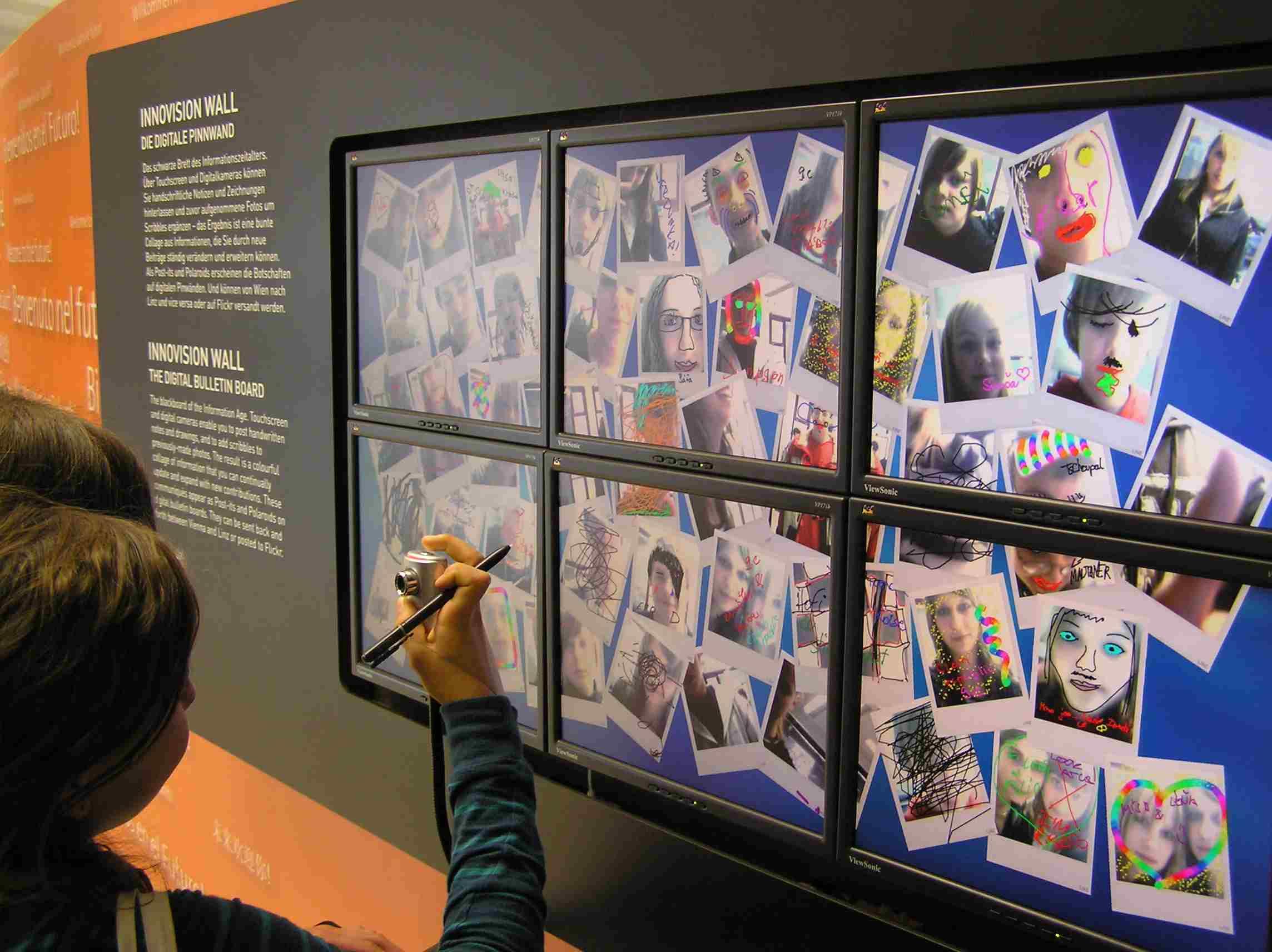 Obr. 16: V Ars electronice je možné se také vyfotit a nechat ostatním návtěvníkům o sobě vizuální i verbální vzkaz.