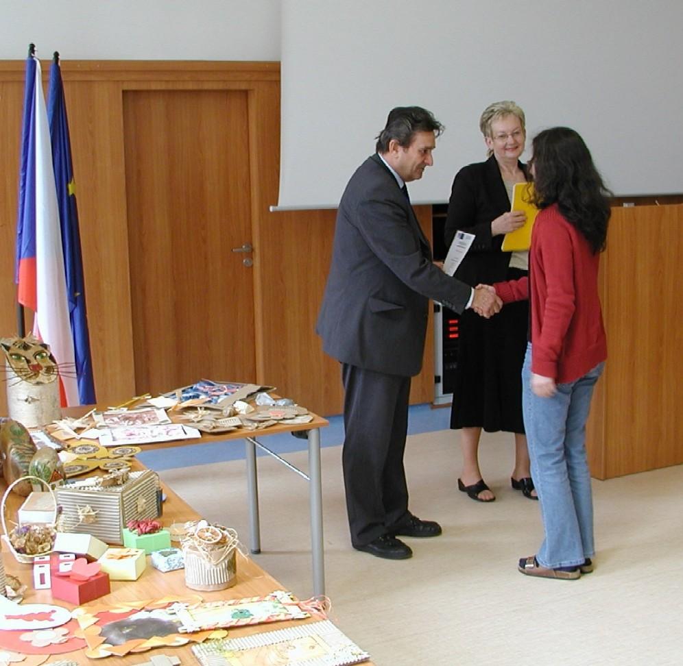 Slavnostní předávání certifikátů absolventům, předává Ing. Behenský a PhDr. Eva Žáková (ředitelka Krajské knihovny Karlovy Vary)