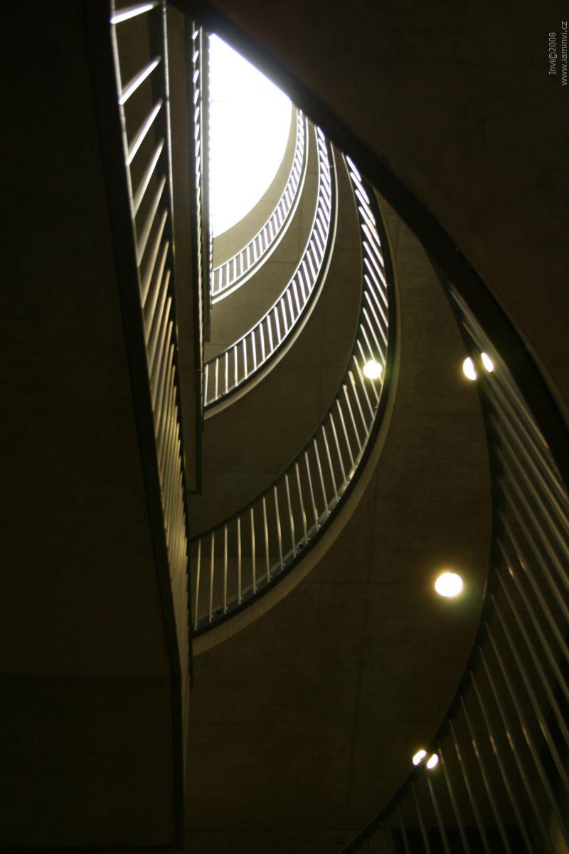Interiér budovy – schodiště; autor fotografie: Terezie Holešínská
