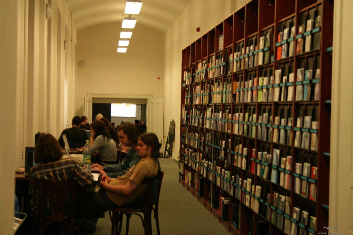 Studovna a čítárna FSS MU Brno; autor fotografie: Terezie Holešínská