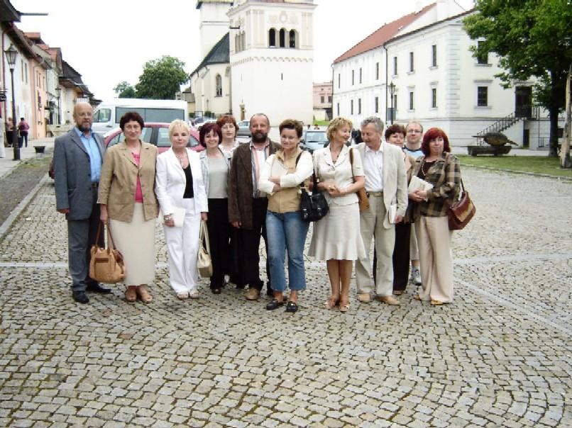Účastníci seminára – prednášajúci, zahraniční hostia aj domácí pri prehliadke Spišskej Soboty dňa 4. 6. 2008
