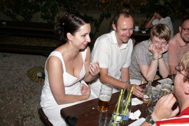 Nevěsta vysvětluje členům redakce časopisu Ikaros okolnosti svého životního rozhodnutí
