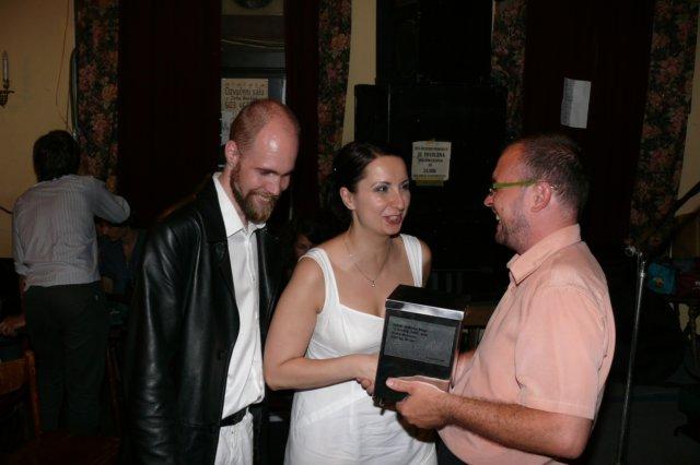 J. Schwarz předává novomanželům veskrze praktický dar – čtvercovou urnu s možností univerzálního použití