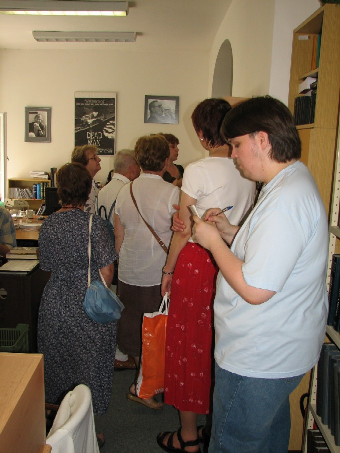 Účastníci exkurze v knihovně