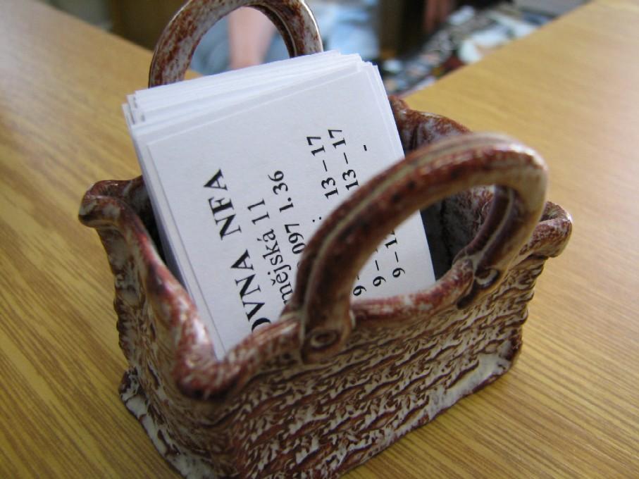 Nápadité řešení umístění vizitek v keramickém košíčku