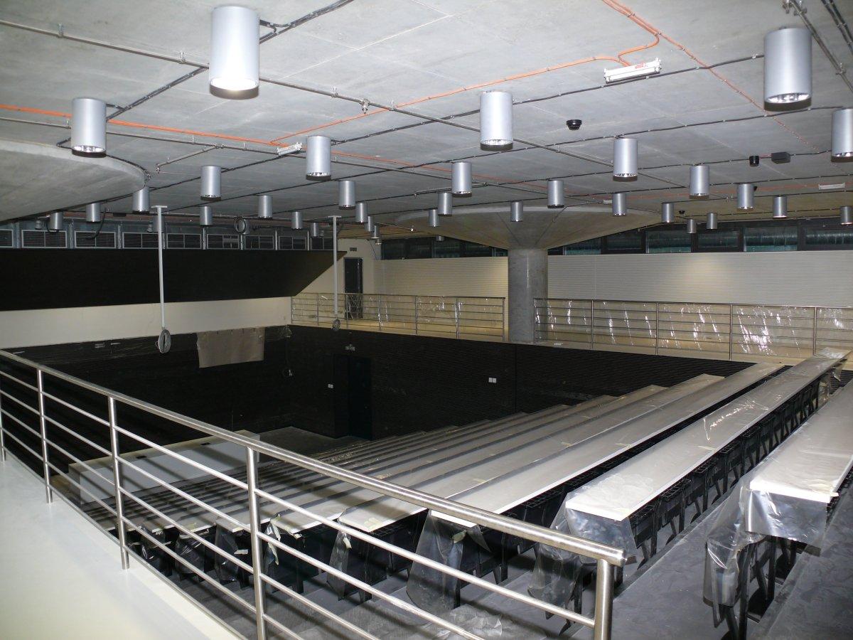 196 míst v konferenčním sálu vybaveném dostatečným množstvím zásuvek pro připojení notebooků