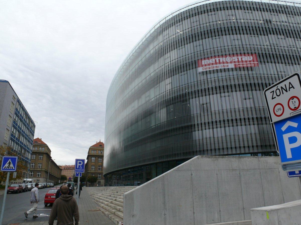 Budova NTK je vsazena mezi budovy vysokých škol (ČVUT a VŠCHT) – pohled ze severovýchodního rohu od vjezdu do garáží