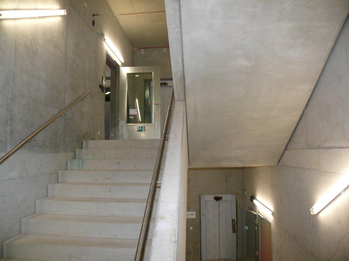 Některá zákoutí knihovny jsou až strohá (zaměstnanecké schodiště mezi 5. a 6. nadzemním podlažím)