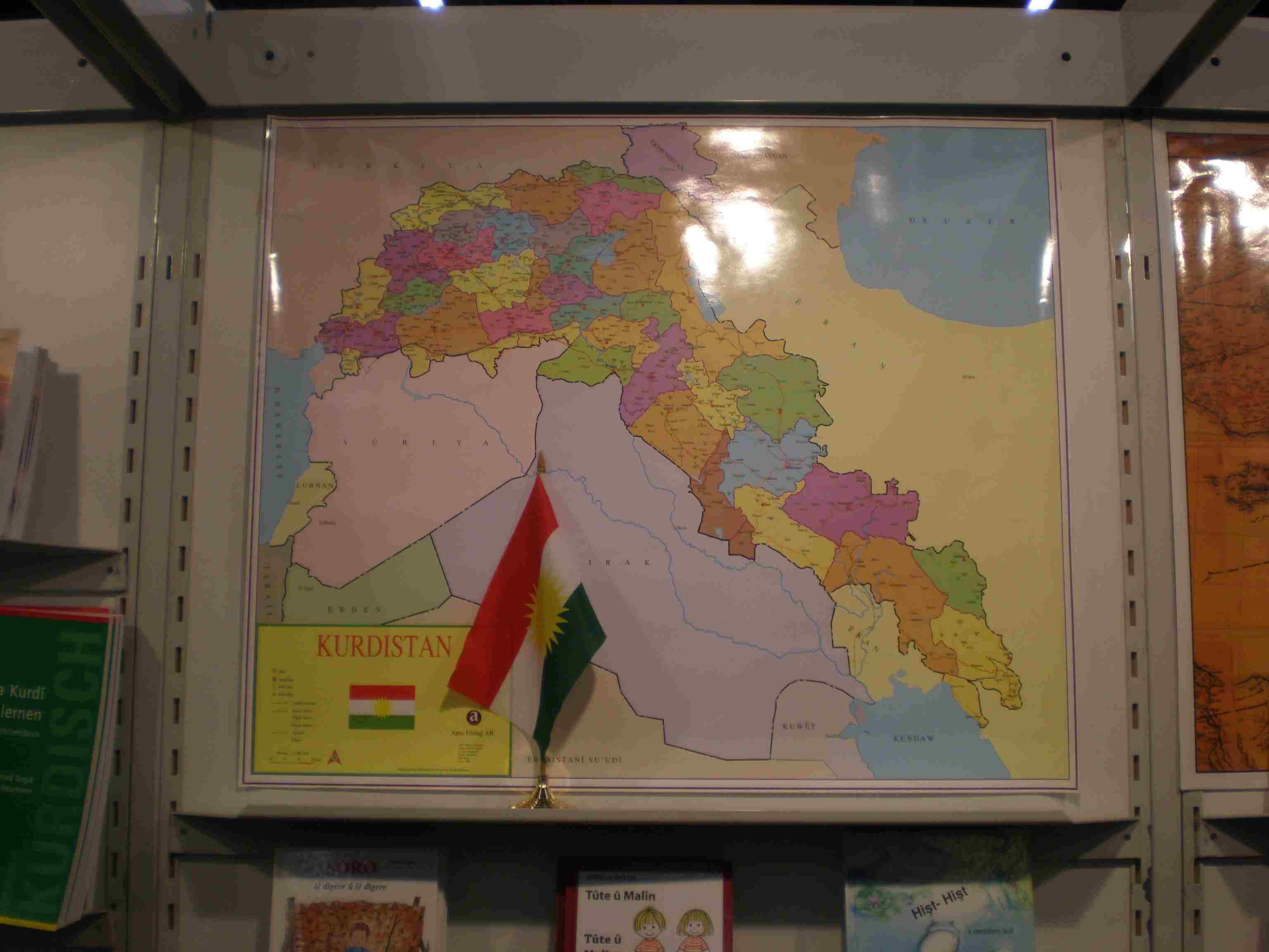 """Obr. 3: Turci zase naoplátku v kurdském stánku strhli velkou nástěnnou mapu (budoucího) Kurdistánu, což poté Kurdové na tiskové konferenci vydávali za útok na kurdský stánek; právě kvůli knize Divokým Kurdistánem je podle Kurdů v Turecku zakázán Karel May, který je prý považován za """"teroristického spisovatele"""" - ve skutečnosti ale jeho díla turecky bez problému vycházejí, jen jmenované dílo s pozměněným názvem V kurdských horách"""
