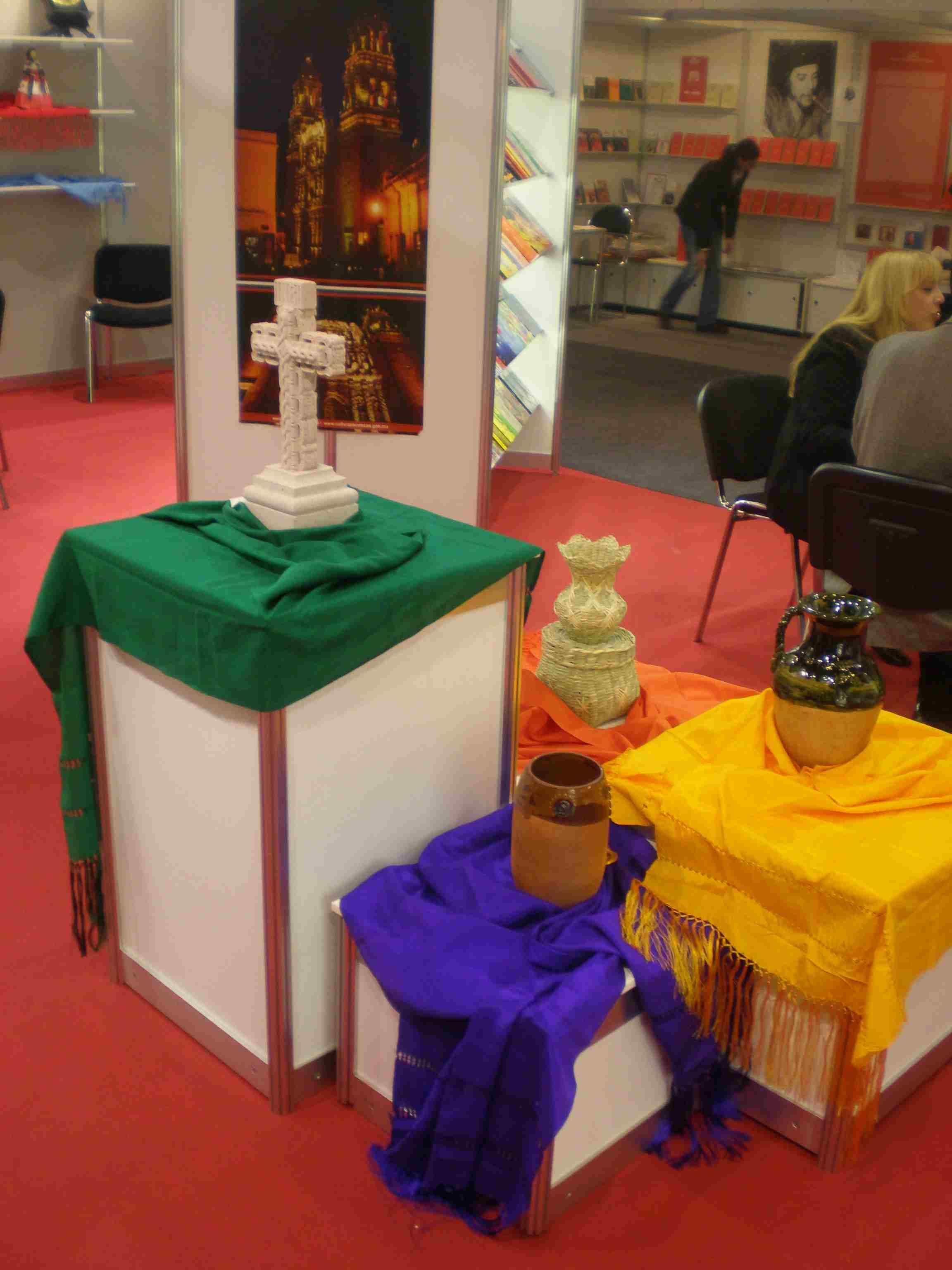 Obr. 8: V centru mexického stánku stál stylizovaný oltář spojující různé kulturní proudy, na základě kterých vznikla mexická kultura