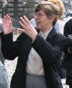 M. Šírová vede exkurzi v Knihovně Národního muzea (2005)
