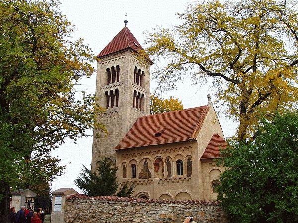 Románský kostelík v obci Jakub