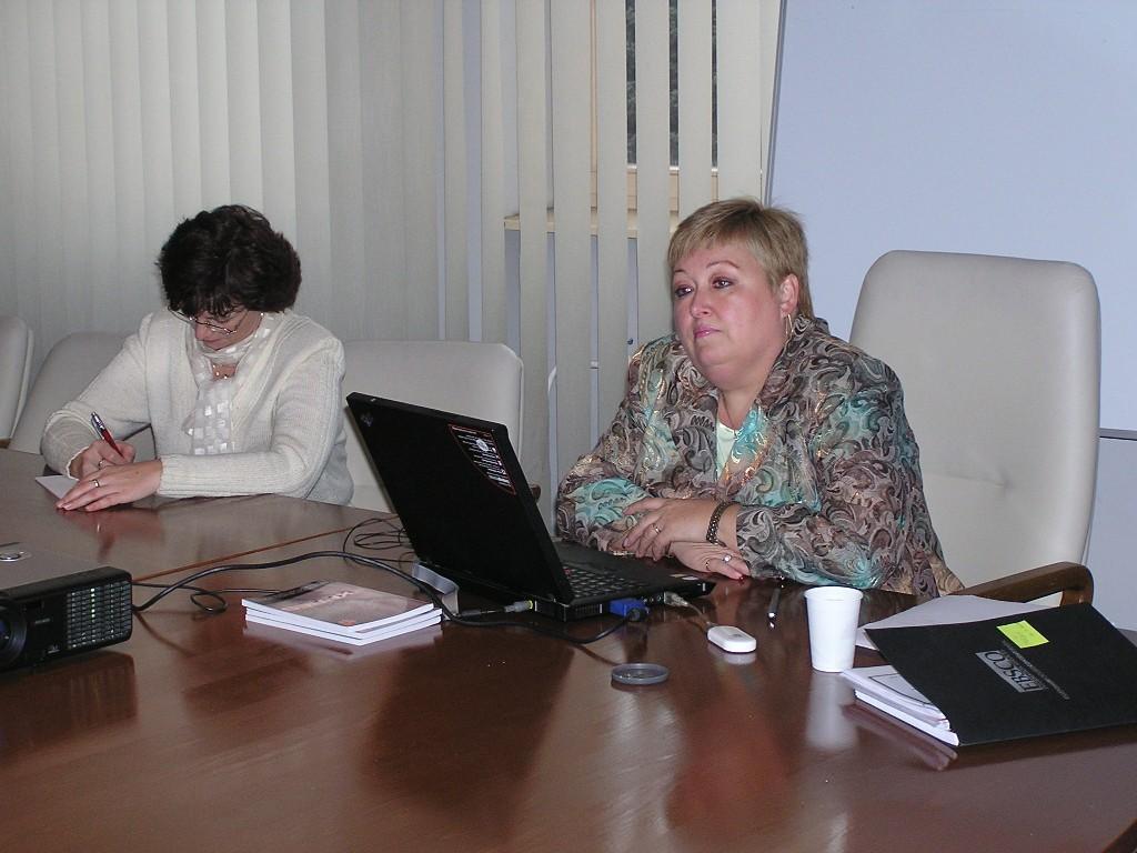 PhDr. Daniela Džuganová, riaditelka UK UPJS v Košiciach, pozorne sleduje prezentáciu o práci s médiami