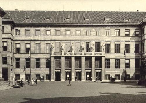 Průčelí Ústřední knihovny, rok 1947