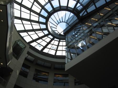 Obr. 1: Městská knihovna v San Franciscu – kruhové atrium s proskleným stropem