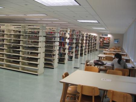 Obr. 10: Knihovna v kampusu univerzity v Davisu – volně přístupný fond
