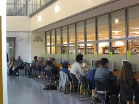 Obr. 4: Městská knihovna v San Franciscu – počítače v plné pohotovosti