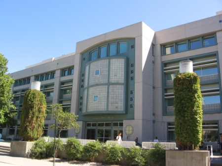 Obr. 9: Knihovna v kampusu univerzity v Davisu