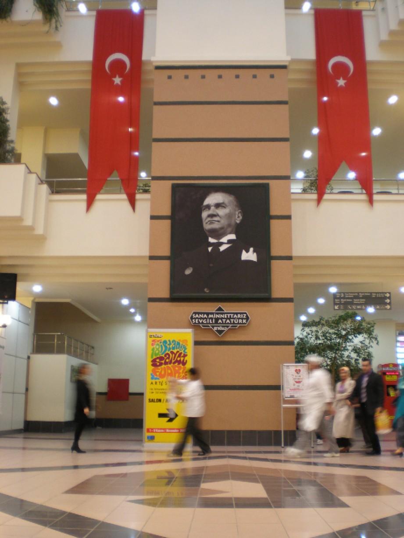 Obr. 2: Už při příchodu do vstupní haly výstaviště návštěvníky vítal obří portrét Mustafy Kemala Atatürka (1881 – 1938), a jeho portrét bylo možné najít snad v každém čtvrtém výstavním stánku.