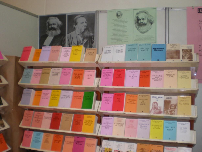 Obr. 5: Po Atatükovi byl asi nejčastějším portrétovaným člověkem Karel Marx. Jeho Komunistický manifest nabízely četné veletržní stánky a tolik spisů Marxe a Englese jako na istanbulském veletrhu jsem snad v životě neviděl. Z tureckých komunistů je u nás nejznámější spisovatel Nazım Hikmet, jehož knihy v Československu před rokem 1989 hojně vycházely. Skutečnost, že byly překládány z ruštiny, jasně svědčí o tom, nakolik byla tato recepce spontánní. V Turecku je ale jistě nejpopulárnějším komunistou zmíněný D. Gezmiş.