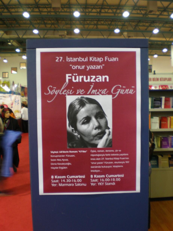 """Obr. 6: Čestným hostem veletrhu byla spisovatelka Füruzan. Zaměřuje se na těžké osudy různých znevýhodněných sociálních skupin, které žijí v soudobém Turecku, vedle přistěhovalců jsou takovou skupinou turecké ženy, v jejích prózách tedy často vystupují vdovy, ženy opustivší své manžele nebo prostitutky. I dnes podle ní v mnoha oblastech této země platí, že """"Muž je všechno. A žena? To nejubožejší ze všech stvoření""""."""