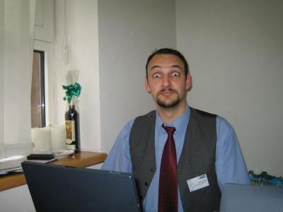 Jakub Petřík v tranzu poté, co celých 12 hodin sledoval nepřetržitý online přenos časopisu Ikaros z konference Inforum 2006