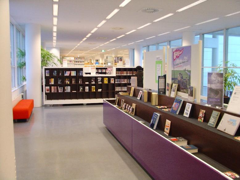Openbare Bibliotheek Den Haag – regály pro novinky