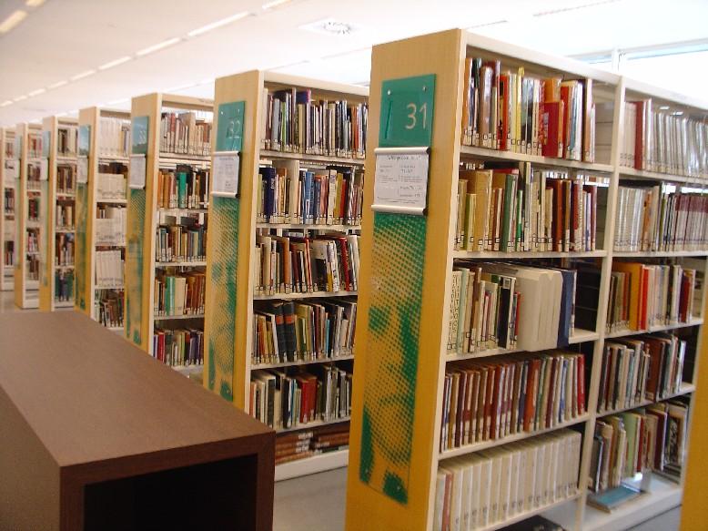 Openbare Bibliotheek Den Haag – regály s orientačním systémem na boku