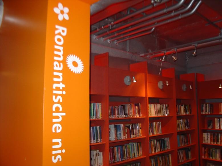 DOK Library Concept Centre Delft – místnost pro romantickou literaturu je laděna do červena