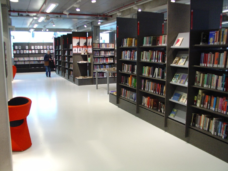 DOK Library Concept Centre Delft – volný výběr (police jsou mírně zakloněny)