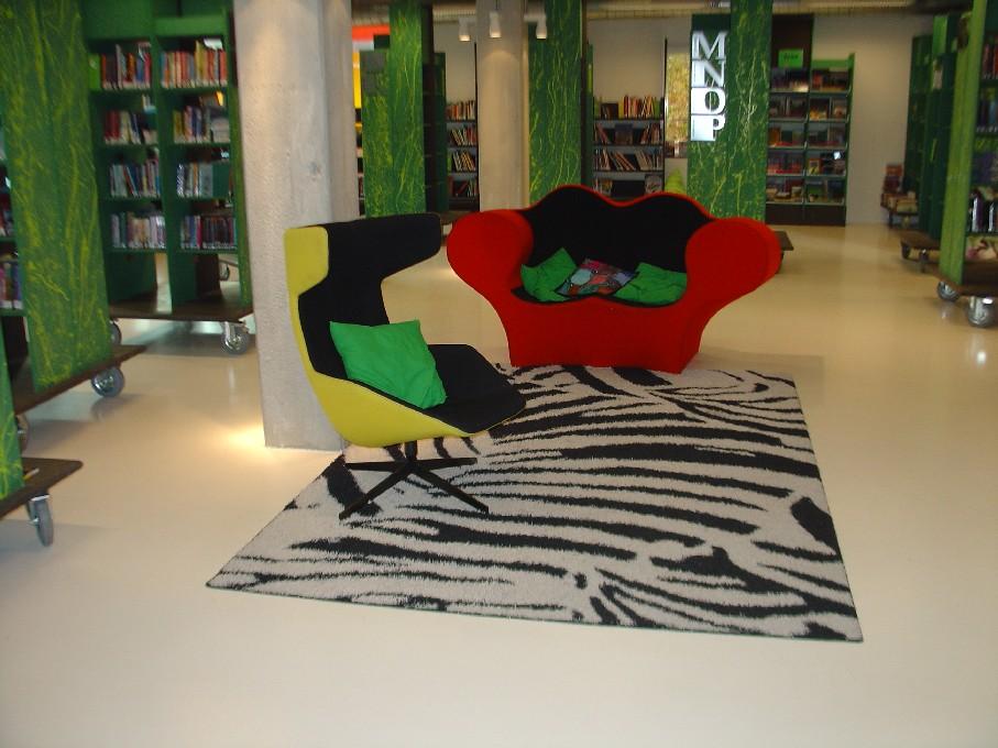 DOK Library Concept Centre Delft – regály na kolečkách v dětském oddělení, pohodlná křesla