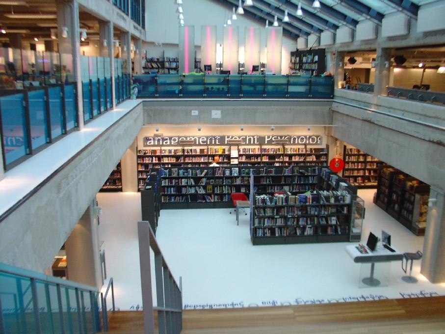 DOK Library Concept Centre Delft – pohled ze schodiště směrem k naučné literatuře