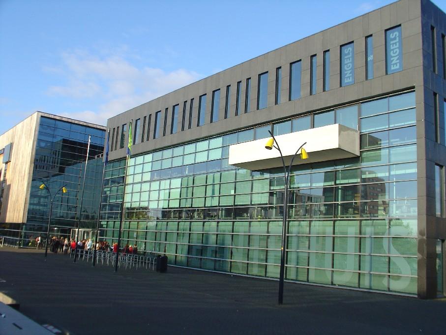 Bibliotheek Heerhugowaard – pohled zvenku, vlevo knihovna, vpravo radnice