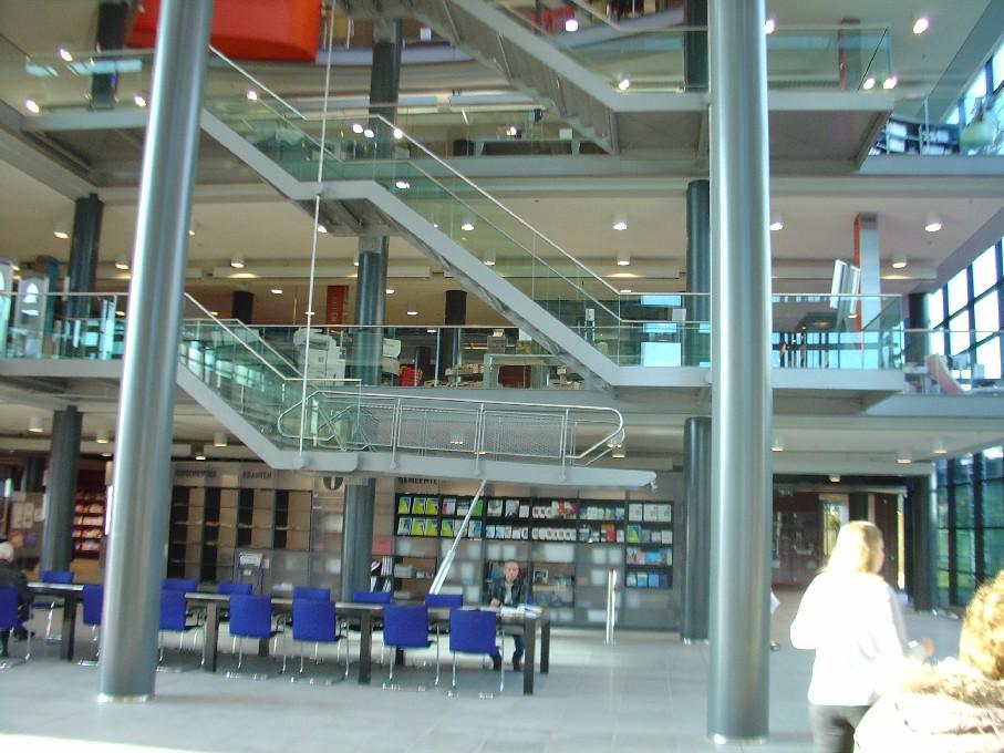 Bibliotheek Heerhugowaard – pohled hala se schodišti