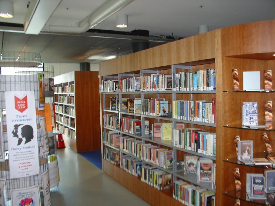 Bibliotheek Heerhugowaard – oddělení beletrie, propagace četby